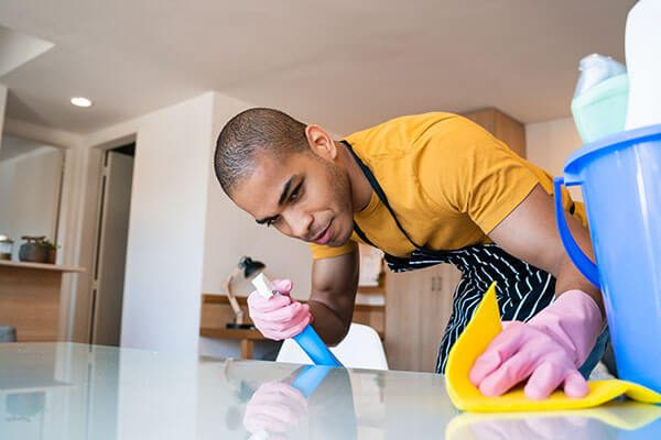 400px_young-latin-man-cleaning-at-home-8ZJQ8C5